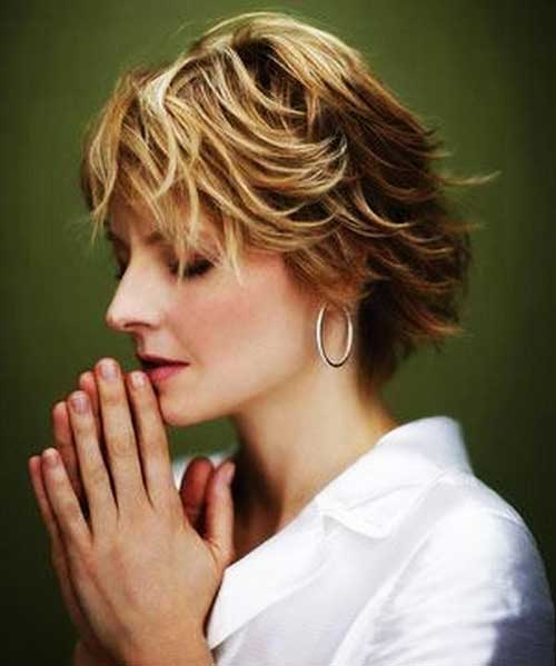 Short Haircuts for Women Over 40-14