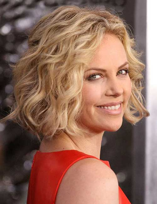 Short Haircuts for Wavy Hair Over 50-13