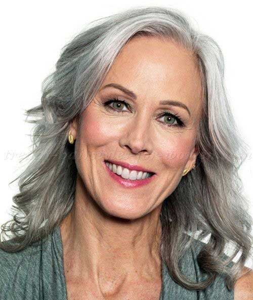 Short Haircuts for Wavy Hair Over 50-14