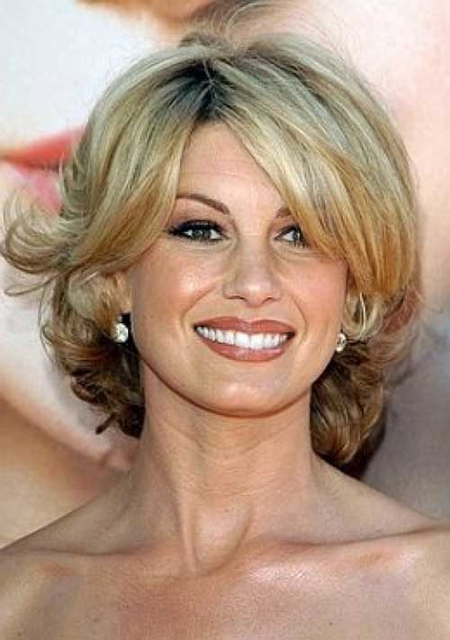 Short Haircuts for Wavy Hair Over 50-15
