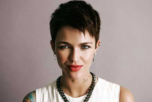 Celebrities with Short Hairstyles-18