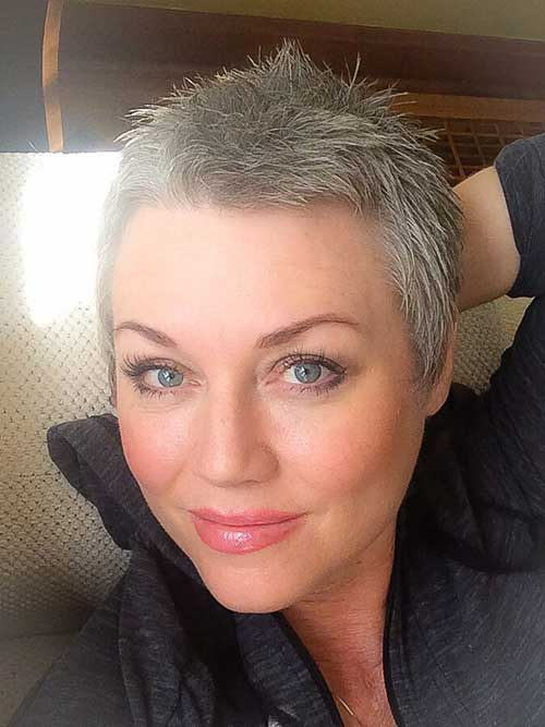 Short Haircuts for Women Over 40-13