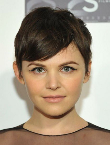 11-Short-Haircut-for-Round-Faces-450
