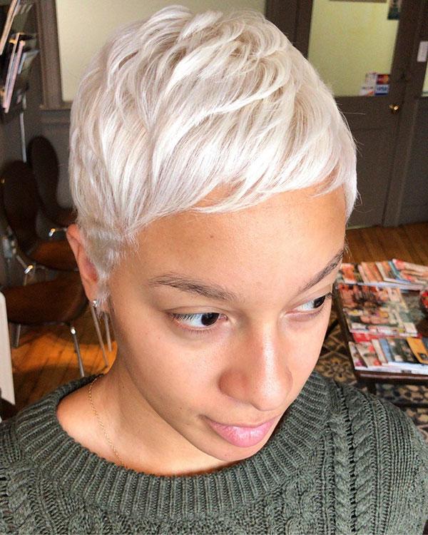 Kurze Pixie-Frisuren für schwarze Frauen