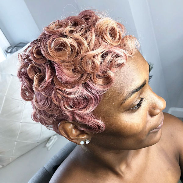 Kurze lockige Frisuren für schwarze Frauen
