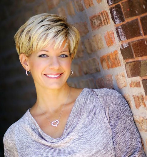 Best Short Haircuts for Women Over 50-17